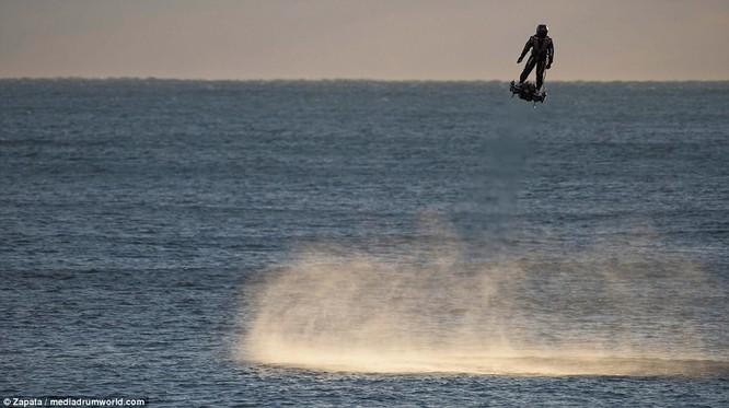"""Video: """"Cân đẩu vân"""" trên Đại Tây Dương bằng ván bay phản lực ảnh 3"""