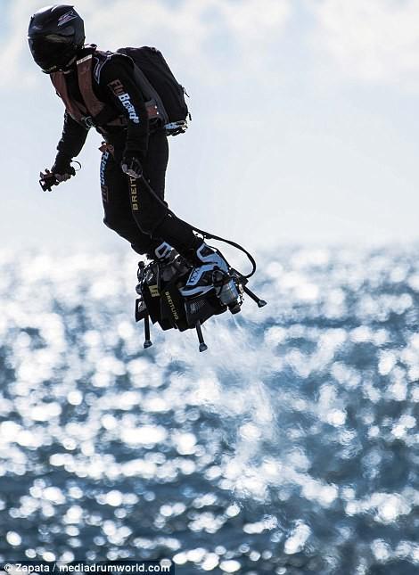 """Video: """"Cân đẩu vân"""" trên Đại Tây Dương bằng ván bay phản lực ảnh 5"""
