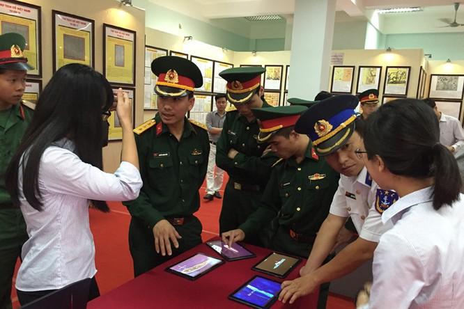 Đông đảo cán bộ, chiến sĩ, các em học sinh và nhân dân đến tham quan Triển lãm
