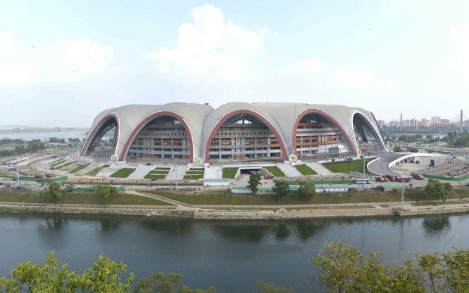Có lẽ không ngạc nhiên, Bắc Triều Tiên cũng là nơi có sân vận động lớn nhất thế giới, Sân vận động May Day.