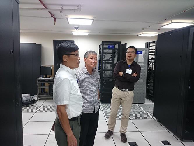 Thứ trưởng Bộ TT&TT Nguyễn Thành Hưng kiểm tra cơ sở hạ tầng CNTT tại phòng máy chủ của Bộ. Ảnh: Mic.gov.vn.