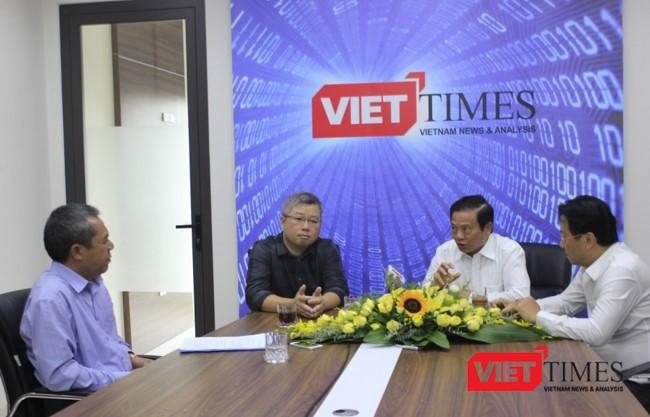 MC -- Nhà báo Lê Thọ Bình và ba vị khách mời: Ông Nguyễn Thanh Lâm, ông Lê Doãn Hợp và Nhà báo Hồng Thanh Quang (trái sang phải)