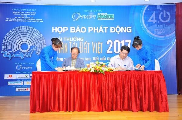 Trong khuôn khổ buổi họp báo, lãnh đạo báo Dân trí cùng đại diện Tập đoàn Bưu chính Viễn thông Việt Nam (VNPT) đã ký thỏa thuận đồng tổ chức Giải thưởng Nhân tài Đất Việt 2017.