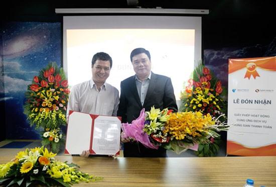 Đại diện NgânLượng.vn nhận giấy phép trung gian thanh toán từ Ngân hàng Nhà nước Việt Nam.