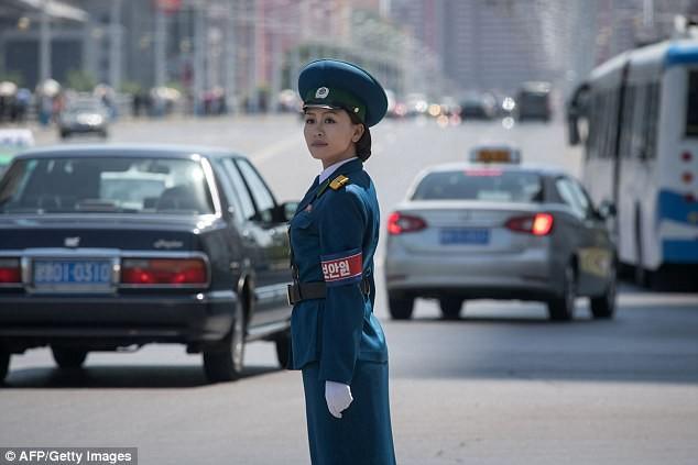 Nữ CSGT Triều Tiên: Xinh đẹp, độc thân và phải về hưu ở tuổi 26 ảnh 1