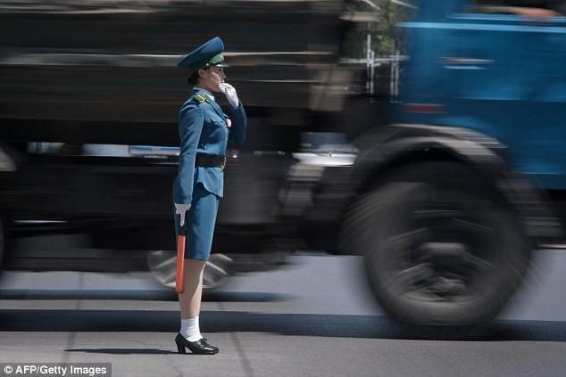 Nữ CSGT Triều Tiên: Xinh đẹp, độc thân và phải về hưu ở tuổi 26 ảnh 2