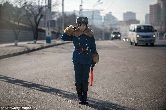 Nữ CSGT Triều Tiên: Xinh đẹp, độc thân và phải về hưu ở tuổi 26 ảnh 3