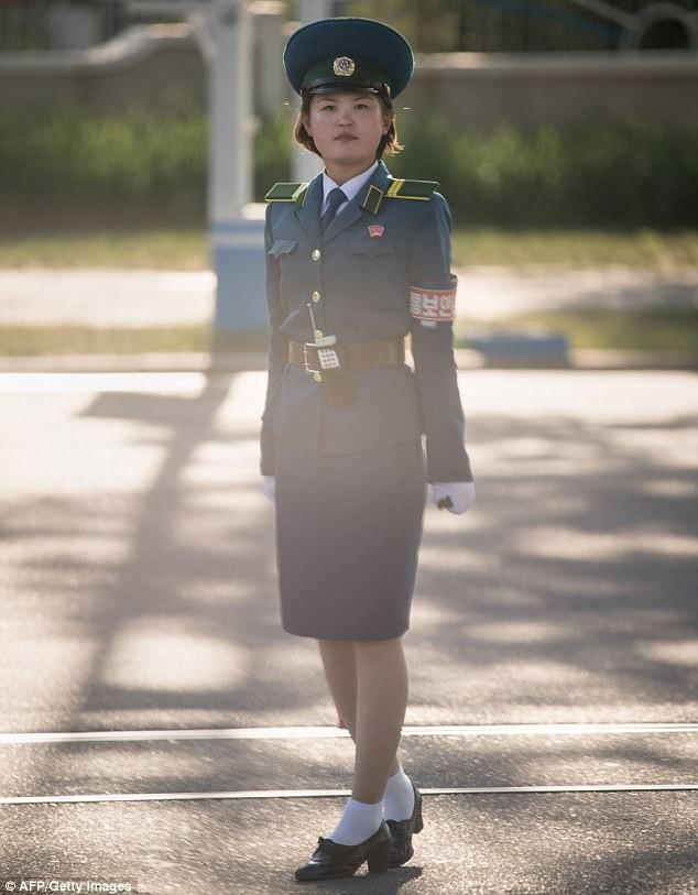 Nữ CSGT Triều Tiên: Xinh đẹp, độc thân và phải về hưu ở tuổi 26 ảnh 4