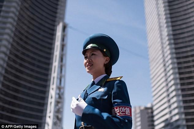 Nữ CSGT Triều Tiên: Xinh đẹp, độc thân và phải về hưu ở tuổi 26 ảnh 12