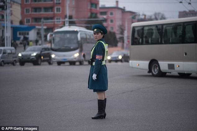 Nữ CSGT Triều Tiên: Xinh đẹp, độc thân và phải về hưu ở tuổi 26 ảnh 15