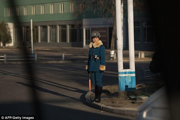Nữ CSGT Triều Tiên: Xinh đẹp, độc thân và phải về hưu ở tuổi 26 ảnh 17