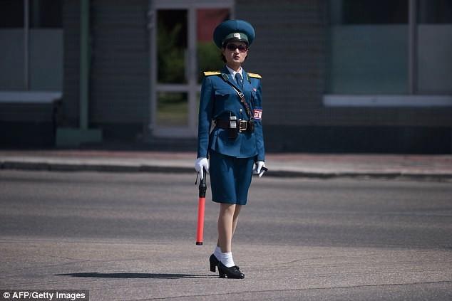 Nữ CSGT Triều Tiên: Xinh đẹp, độc thân và phải về hưu ở tuổi 26 ảnh 20