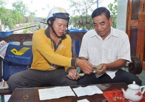 Nhân viên Bưu điện đến tận hộ gia đình chi trả lương hưu, trợ cấp xã hội cho người dân tại huyện Cần Giờ, TP. HCM
