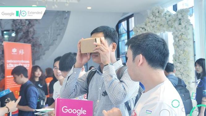Người tham dự hào hứng trải nghiệm Google Cardboard tại sự kiện.