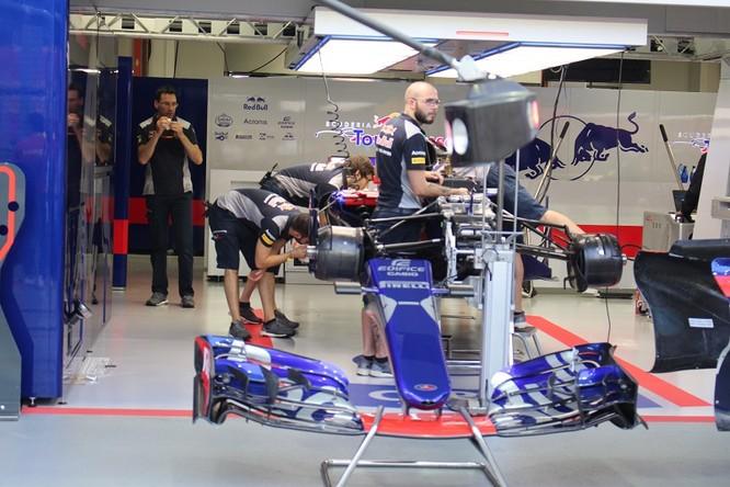 Cận cảnh những cỗ máy bốn bánh nhanh nhất hành tinh tại Singapore Grand Prix ảnh 13
