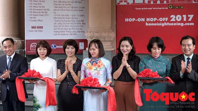 Thứ trưởng Bộ VHTTDL cắt băng khai trương Tuyến du lịch vàng tham quan thành phố Hà Nội. Ảnh: Minh Khánh