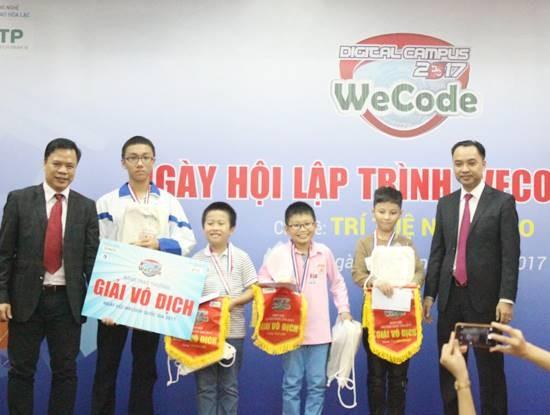 Ông Nguyễn Thế Trung, Chủ tịch HĐQT Công ty DTT Eduspec và ông Nguyễn Văn Cường, Phó trưởng ban Ban quản lý khu công nghệ cao Hòa Lạc - Bộ KH&CN trao giải Vô địch WeCode quốc gia 2017 cho 4 thí sinh
