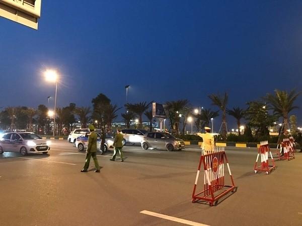 Tổng thống Trump đến Hà Nội, người dân đổ ra đường chào đón ảnh 7