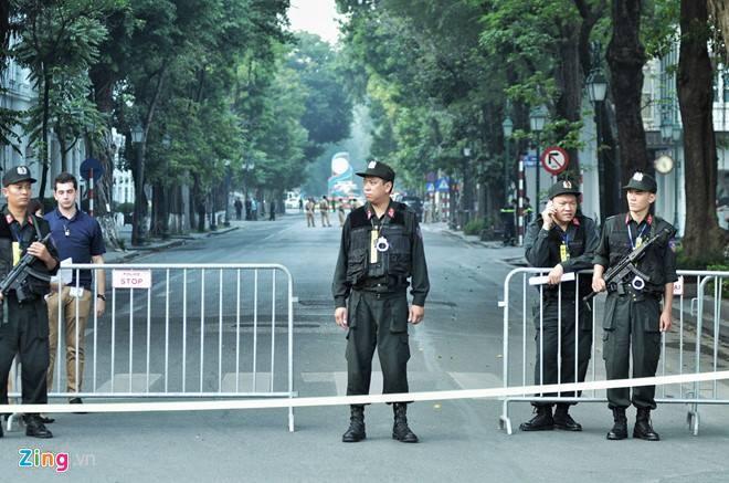 Tổng thống Trump đến Hà Nội, người dân đổ ra đường chào đón ảnh 11