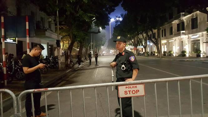 Tổng thống Trump đến Hà Nội, người dân đổ ra đường chào đón ảnh 1