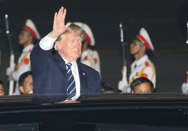 Tổng thống Trump đến Hà Nội, người dân đổ ra đường chào đón ảnh 12