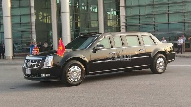 Siêu xe Cadillac One chở Tổng thống Mỹ đã sẵn sàng chờ đón ở sân bay Nội Bài.
