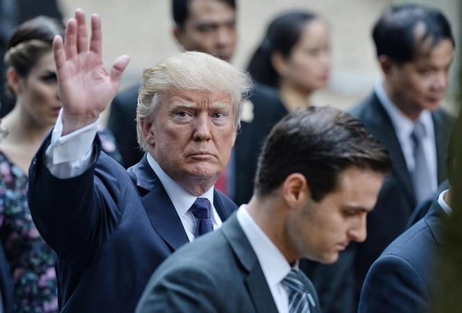 Chào tạm biệt Thủ tướng Nguyễn Xuân Phúc, lúc 12h trưa nay, ông Donald Trump rời Phủ Chủ tịch lên đường ra sân bay. Chuyên cơ sẽ đưa ông đến Philippines dự Hội nghị thượng đỉnh ASEAN chiều cùng ngày.