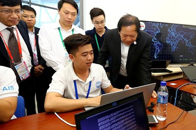 Bộ trưởng Trương Minh Tuấn nghe các nhân viên làm nhiệm vụ báo cáo về tình hình an ninh mạng trong những ngày tổ chức Tuần lễ Cấp cao APEC 2017
