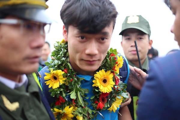 Hàng vạn người đội mưa rét, đứng dọc 30km đón mừng U23 Việt Nam ảnh 35