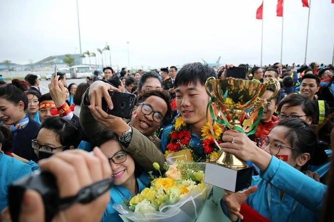 Hàng vạn người đội mưa rét, đứng dọc 30km đón mừng U23 Việt Nam ảnh 34
