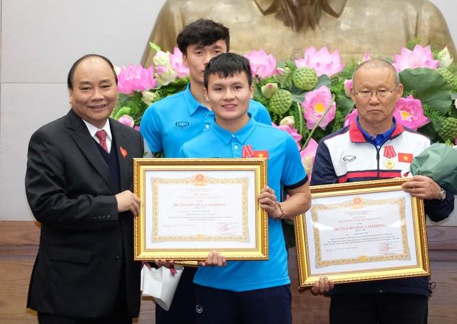 Thủ tướng chờ hơn 5 tiếng đồng hồ, trao huân chương, bằng khen cho U-23 Việt Nam