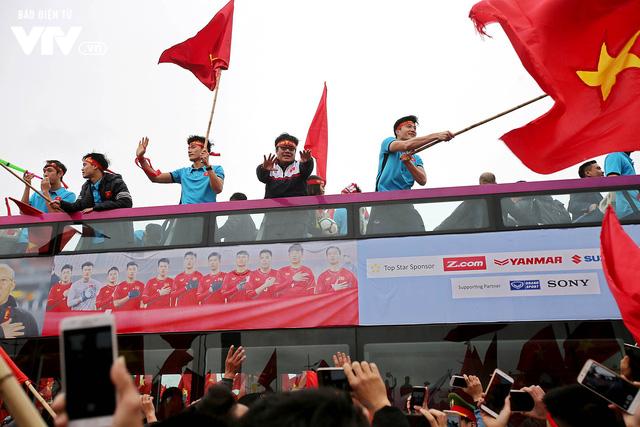 Soái ca Bùi Tiến Dũng cầm cờ, thủ quân Xuân Trường vẫy chào NHM U23 Việt Nam trên bus 2 tầng - Ảnh 5.