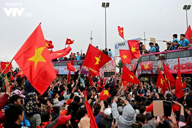 Soái ca Bùi Tiến Dũng cầm cờ, thủ quân Xuân Trường vẫy chào NHM U23 Việt Nam trên bus 2 tầng - Ảnh 4.