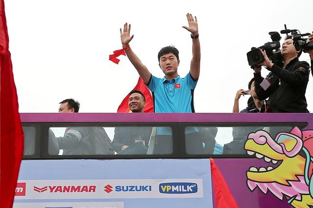 Soái ca Bùi Tiến Dũng cầm cờ, thủ quân Xuân Trường vẫy chào NHM U23 Việt Nam trên bus 2 tầng - Ảnh 3.