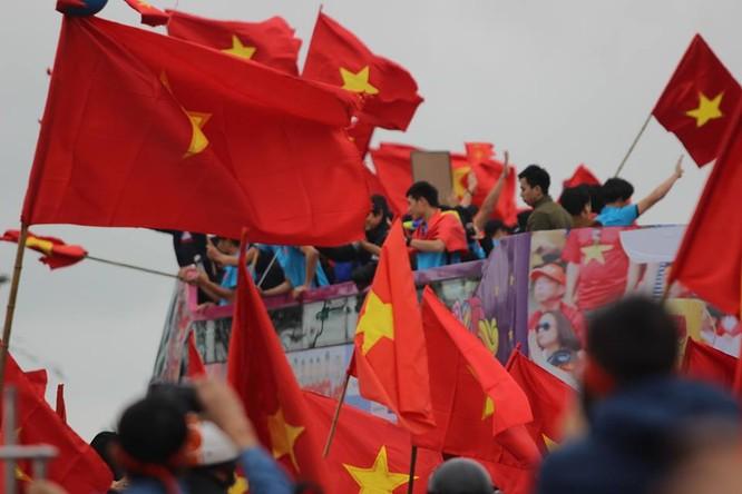 Hàng vạn người đội mưa rét, đứng dọc 30km đón mừng U23 Việt Nam ảnh 52