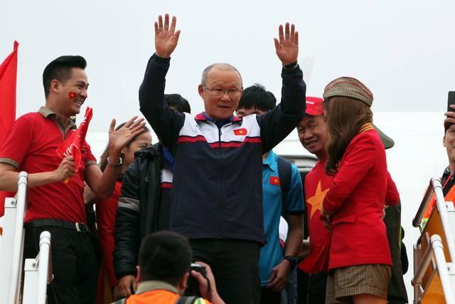 Hàng vạn người đội mưa rét, đứng dọc 30km đón mừng U23 Việt Nam ảnh 22