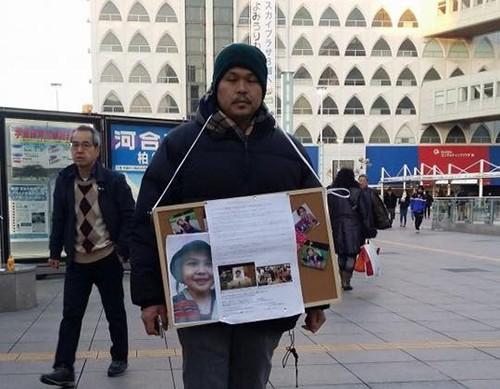 Bố bé Nhật Linh vẫn hàng ngày đến các điểm công cộng của Nhật Bản kêu gọi chữ ký để pháp luật được thực thi. Ảnh: Facebook của mẹ Nhật Linh.