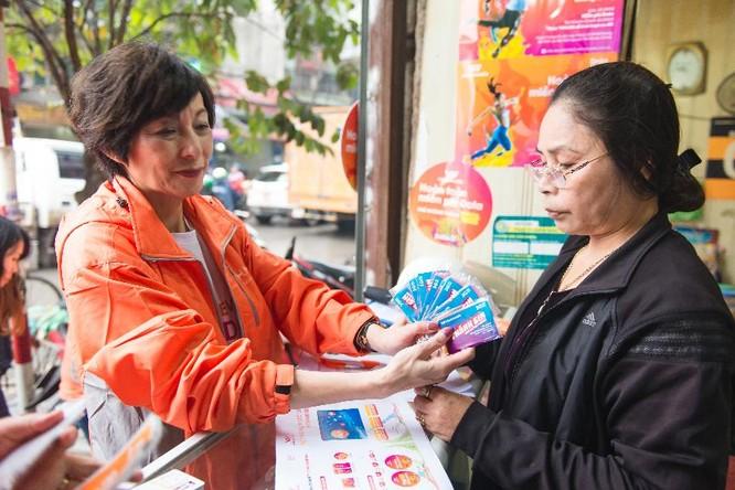 Bà Elizabete Fong, TGĐ Vietnamobile nhiệt tình giới thiệu Thánh SIM đến các nhà bán lẻ ở Hà Nội.
