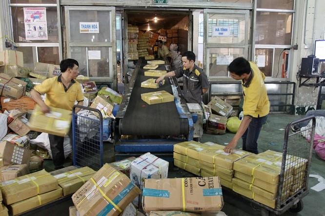 Vào số bưu kiện, bưu phẩm tại Trung tâm vận chuyển và kho vận miền Bắc, Tổng công ty Bưu điện Việt Nam. Ảnh: Bùi Cương Quyết
