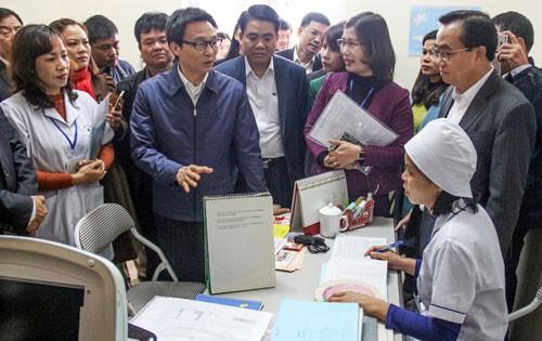 Phó Thủ tướng Vũ Đức Đam và Chủ tịch UBND TP Hà Nội Nguyễn Đức Chung thăm Trạm Y tế phường Tây Mỗ, quận Nam Từ Liêm trong năm 2017. Ảnh: VGPm