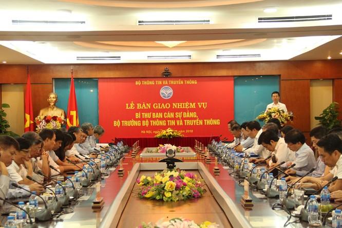 Thiếu tướng Nguyễn Mạnh Hùng chính thức nhận bàn giao nhiệm vụ Bí thư Ban cán sự Đảng, Bộ trưởng Bộ TT&TT ảnh 1