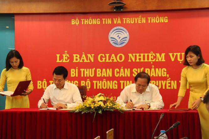 Thiếu tướng Nguyễn Mạnh Hùng chính thức nhận bàn giao nhiệm vụ Bí thư Ban cán sự Đảng, Bộ trưởng Bộ TT&TT ảnh 2