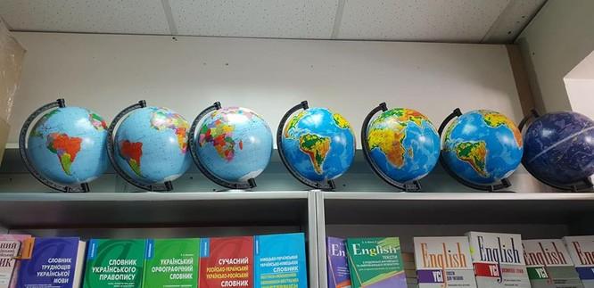 """Quả địa cầu """"hô biến"""" các tỉnh biên giới phía bắc Việt Nam vẫn được bày bán tại các cửa hàng thiết bị học tập"""