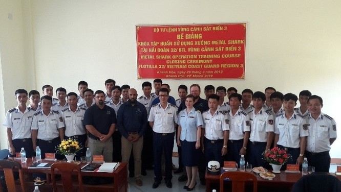 Thượng tá Nguyễn Minh Khánh và Thiếu tá Kristen Byers bắt tay tại lễ bàn giao 6 xuồng Metal Shark và phụ tùng trị giá 12 triệu USD.