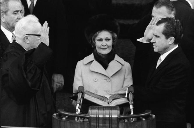Richard Nixon tuyên thệ nhậm chức, chính thức trở thành Tổng thống thứ 37 của nước Mỹ vào ngày 20/1/1969. (Ảnh: CNN) ------------ Xem thêm: Lễ tuyên thệ nhậm chức Tổng thống Mỹ từ năm 1953 tới nay, http://vietbao.vn/The-gioi/Le-tuyen-the-nham-chuc-Tong-thong-My-tu-nam-1953-toi-nay/150806041/162/ Tin nhanh Việt Nam ra thế giới vietbao.vn