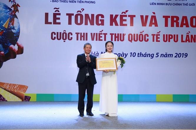 Thứ trưởng Bộ TT&TT Nguyễn Thành Hưng trao giải cho em Nguyễn Thị Mai, học sinh lớp 10K, trường THPT Nam Sách, Hải Dương