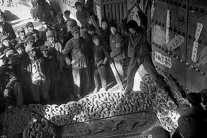 Hồng vệ binh phát biểu trong vụ phá mộ Khổng Tử. Ảnh: trithucvn.net