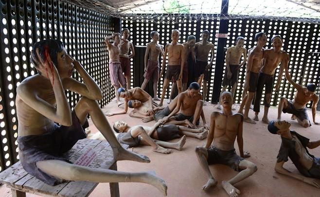Ở khu biệt giam diện tích chỉ dưới 30m2 nhưng khi cao điểm chúng giam tới 180 người. Các chiến sĩ cách mạng chỉ còn cách phải chia ra, nửa nằm, nửa ngồi, nằm nghiêng, co chân gác lên vai người trước, một số người thay nhau đứng lấy chỗ cho bạn tù nghỉ.