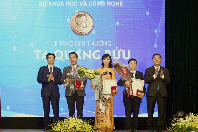 Phó Thủ tướng Vũ Đức Đam, Bộ trưởng Bộ KHCN Chu Ngọc Anh và các nhà khoa học được trao Giải thưởng Tạ Quang Bửu 2019.