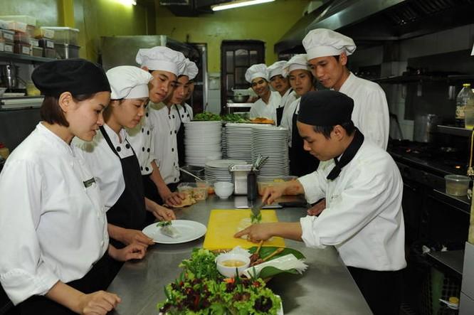 Nhờ học tại Trung tâm KOTO rất nhiều bạn trẻ đã trở thành những đầu bếp thực thụ.